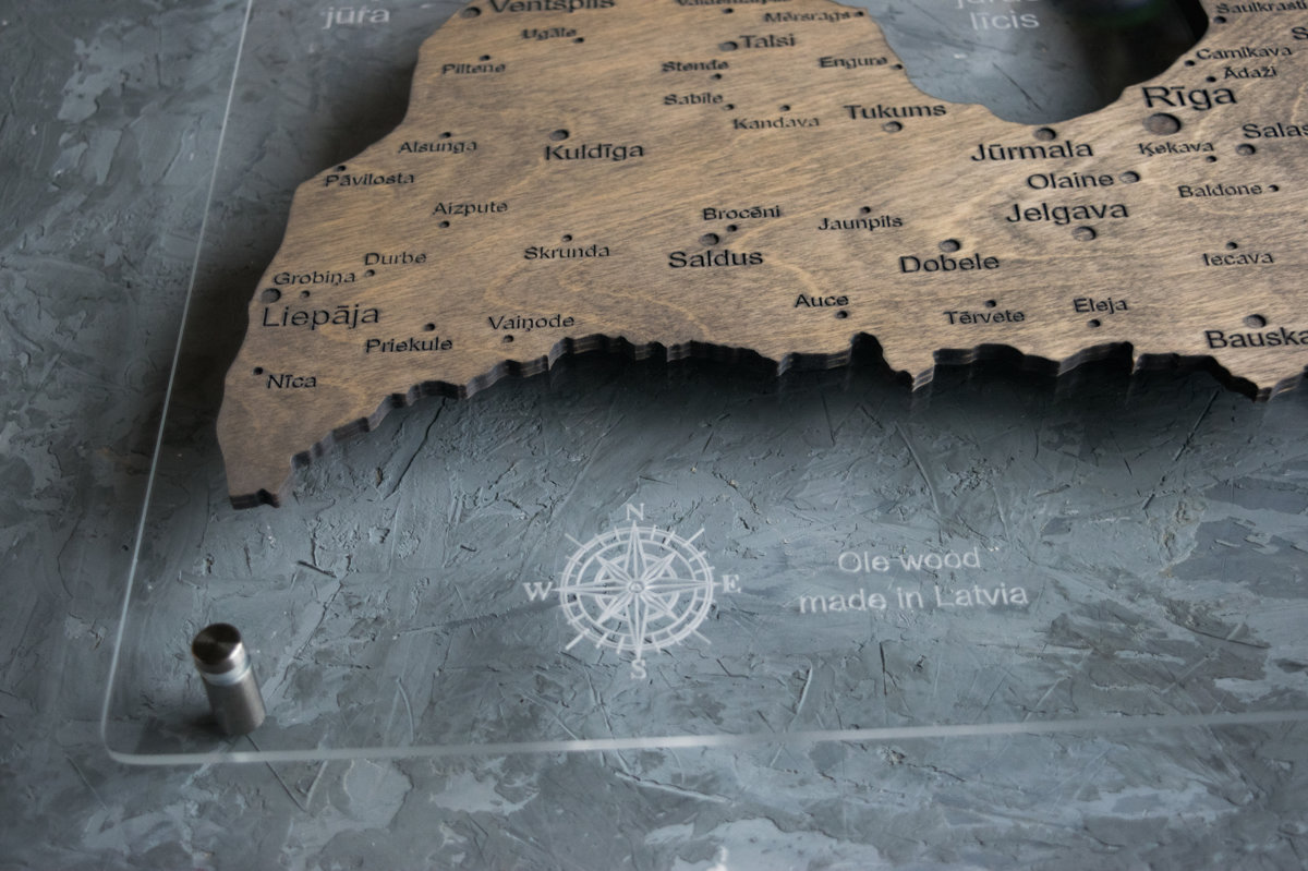 Latvijas koka karte uz organiskā stikla pamatnes