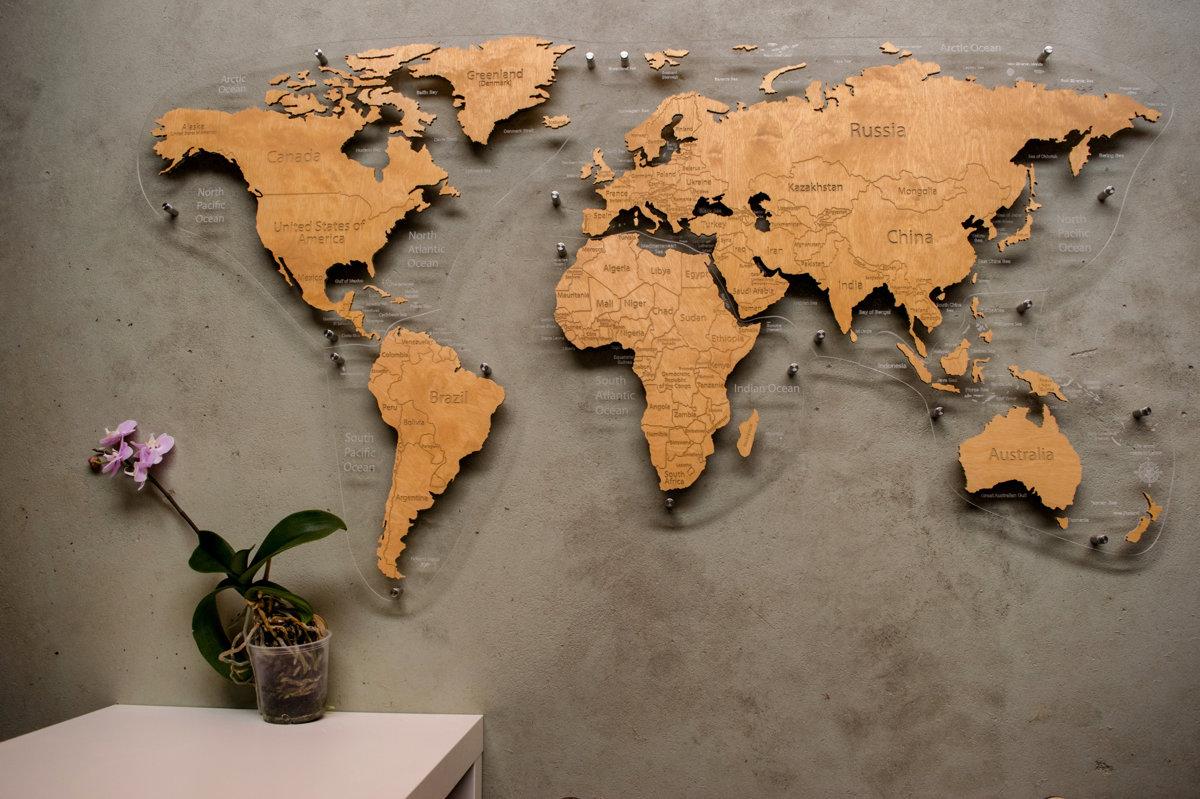 Pasaules koka karte uz organiskā stikla pamatnes